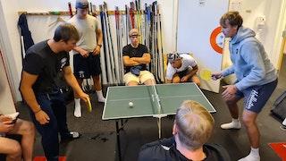 Dagene fylles med ulikt innhold, det er ikke bare hardkjør, men mye aktivitet generelt. Her spiller de bordtennis i Kongsvinger.