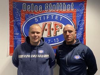 Simon Stolt Wang og Kjell Richard Nygård foran VIF-logoen