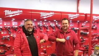 Daglig leder i Lillehammer Hockey Elite Atle Svensrud ønsker varehussjef på Lillehammer Tore Thorsplass velkommen som Gullpartner.