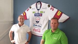 Eirik Kynningsrud, Rune K Hansen i Lillehammer Ishockeyklubb og Erland Reinli, avdelingsleder Innlandet, er alle fornøyd med ny avtale.