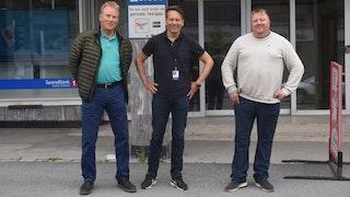 Styremedlem Geir Solheim (tv) og styreleder Terje Feragen i Narvik Hockey, flankerer banksjef Jens Kristian Dybwad i Sparebank1 Nord-Norge, Narvik.