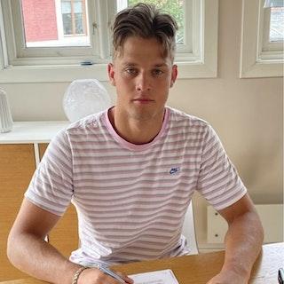 Jakob Wikstøl signerer kontrakt