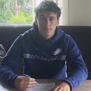 Joakim Opsahl signerer kontrakt